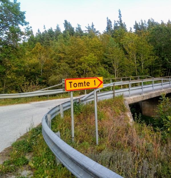 Munkbackens IP, Dalhem. Dalhem IF:s (bildad 1905) första hemmaplan låg vid Munkbacken, 500 meter sydost om Hesselby jvgstn. Hon låg direkt till vänster efter bron som korsar Gothemsån, (längs vägen mellan Dalhem och Roma) och var hemmaplan till 1933. Färger: vit/blå. Seriespel från 1935-