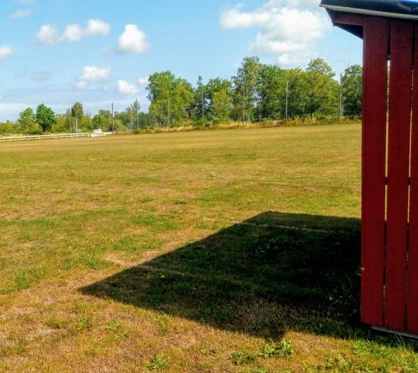 Hangvar IP, (nya planen). Hangvar SK:s alternativa hemmaplan, (B-planen) från mitten av 1980-talet ligger öster om den gamla planen, vid Skogsgläntans IP. Färger: röd/gul. Seriespel från 1974-