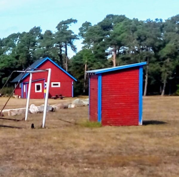 Hablingbo IP. Hablingbo IK:s nya hemmaplan som tog 3 år att anlägga, invigdes 1955 och ligger bakom byn eller strax öster därom. Färger: röd/blå. Seriespel: 1927-1968, 1998-2000.